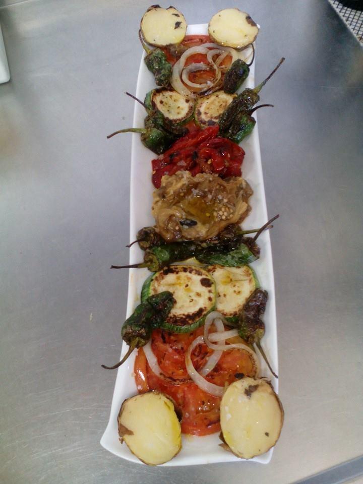 vitoriaenunclic_vitoria-gasteiz_bar_restaurante_comida_andaluza_chipirones_txipirones_zabalgana_jamon-asado_cafe_relax_VEGETARIANA_bocatas_raciones_comida_menu-del-dia_menu_pintxo_pote
