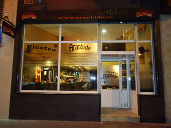 aranbide-picoteo-escaparate-vitoria-comida-rapida-hamburguesas-sandwich-vitoriaenunclic