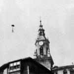 Celedón,desciende a las fiestas de Vitoria desde la torre de San Miguel. Fot. Archivo José Luis Sáenz de Ugarte en Vitoriaenunclic