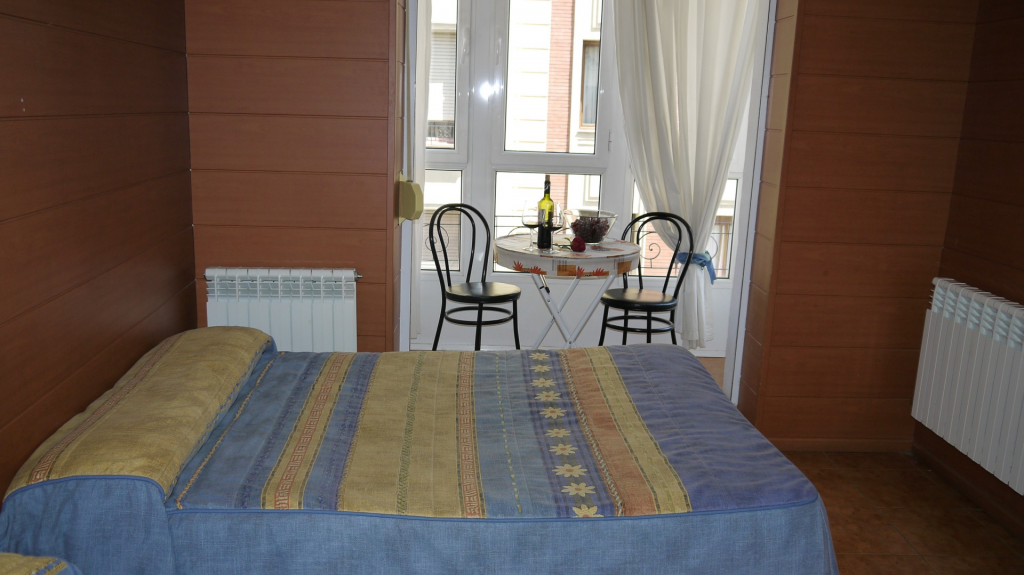 pension-casa-400-hostal-pension-vitoria-alojamiento-gasteiz-habitacion-hotel-barato-centro-pension-Vitoria-hostal-barato