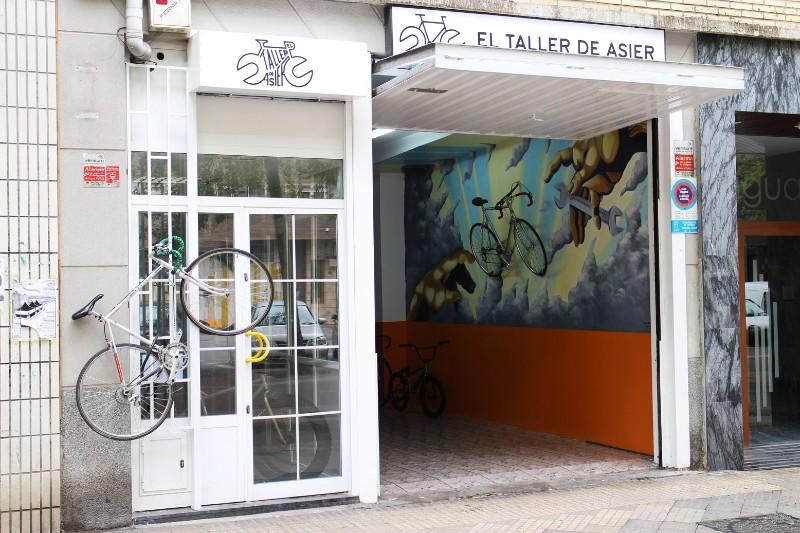 escaparate-taller-de-asier-vitoria-venta-reparacion-tienda-accesorios-bicis-bicicleta-dos-ruedas-vitoria