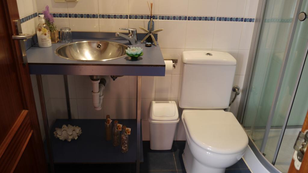 Pension-en-Vitoria-Gasteiz-barata-con-encanto-alojamiento-hotel-pension-hostal-en-Vitoria-Centro-baño-completo